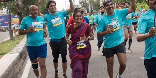 Jayanthi marathon bersama peserta lain.(thebetterindia)