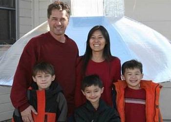 Falcon (tengah) bersama keluarganya.(nbcnews)