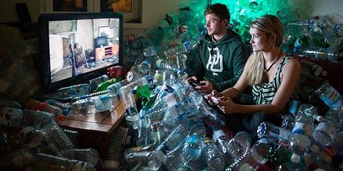 Foto di antara tumpukan sampah botol.(Bored Panda)