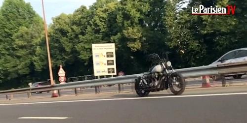 Tampak motor melaju tanpa pengendara.(The Sun)