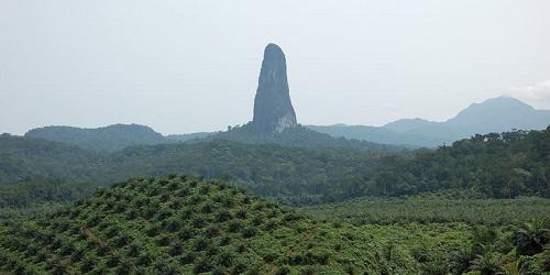 Pico Cão Grande dilihat dari kejauhan.(ritebook.in)