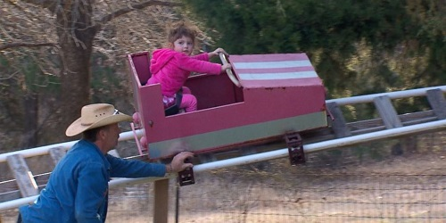 Jimmy tampak mendorong roller coaster yang ditumpangi sang cucu.(ABC News)