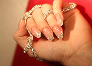 Manicure berlian.(racked.com)