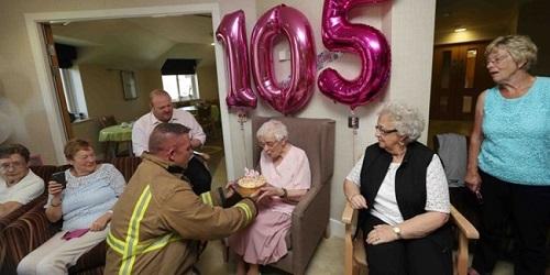 Seorang petugas pemadam kebakaran memberi kue ultah untuk Ivena Smiles.(metro.co.uk)