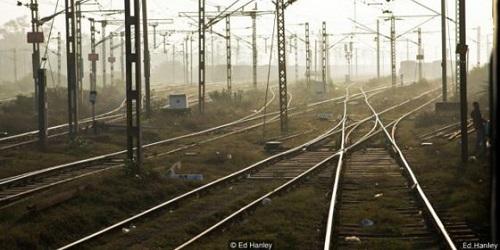 Rel kereta api yang membentang.(BBC)
