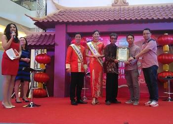 Presiden Book of Record Indonesia, Paul Mynarto (berbatik), saat menyerahkan plakat rekor hias lampion terbanyak kepada managemen Living World Alam Sutera.(asri)