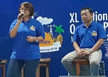 Presiden Direktur XL, Dian Siswarini (tengah), saat menggelar XL Outlook Presentation 2016.(asri)