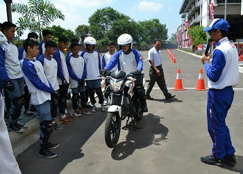 Siswa SMK binaan WMS saat berlatih safety riding.(asri)