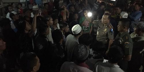 Pihak Kepolisian saat lakukan mediasi antara dua belah pihak.(shy)