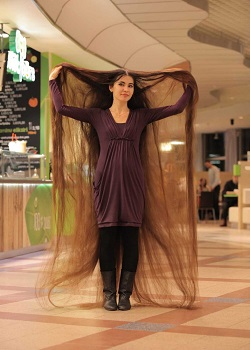 Aliia 'Rapunzel' Nasyrova.(metro.co.uk) Aliia saat tidur.(metro.co.uk)