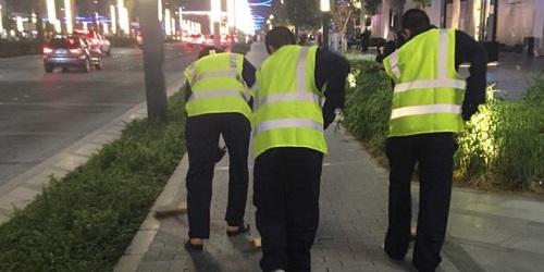 Para pelanggar tengah mengepel lantai.(alarabiya.net)
