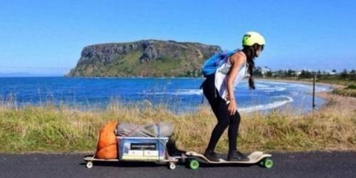 Sophee mengangkut perbekalan dengan skateboard juga.(bbs)