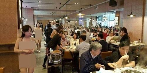 Pelayan berbikini sibuk melayani pelanggan.(odditycentral)