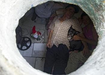 Maria & Miguel dalam lubang selokan.(Scoopwhoop)