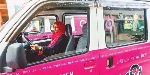 Taksi pink dengan pengemudi berhijab.(TechJuice)