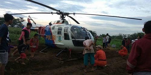 Helikopter yang mendarat darurat di lahan perkebunan warga.(shy/agm)