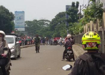 Penjagaan oleh anggota polisi dan TNI.(Shy/Tia)