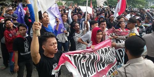Ratusan masa Aliansi Masyarakat Rawarengas (AMR) lakukan aksi longmarch.(tia)