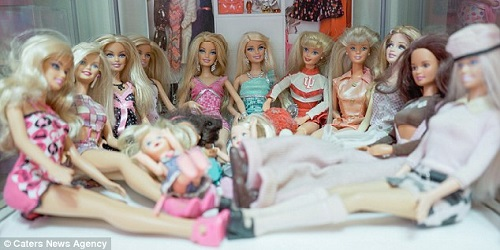 Koleksi Barbie milik Azura.(dailymail)