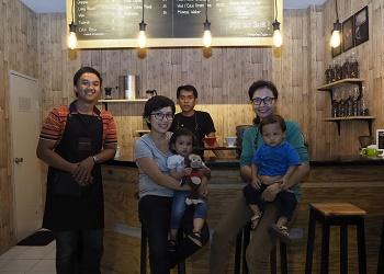 Rendy (paling kiri), pemilik Gilinggiling Coffee, kenalkan nikmatnya kopi lokal.(asri)