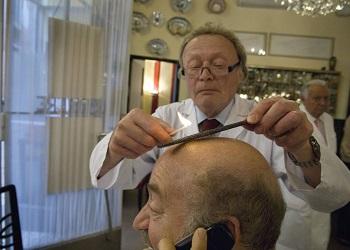 Franco Bompieri saat mencukur rambut pelanggan.(bbs)