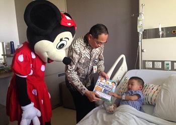 Penyerahan buku kepada pasien anak.(asri)